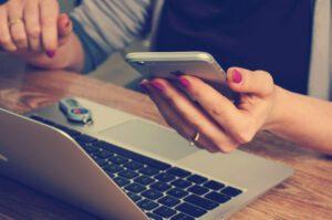 Žena s mobilem a počítačem||