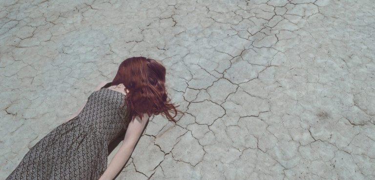 Žena na zemi