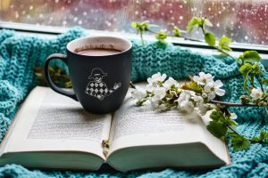 Kniha s šálkem kávy