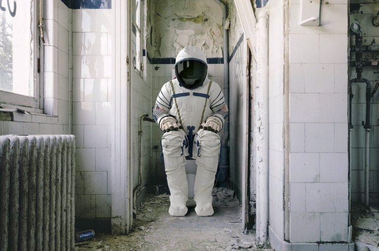 Astronaut na záchodě